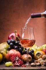 vino rosato con frutta di stagione