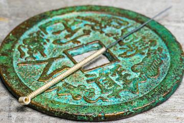 Akupunkturnadel auf antiker chinesischer Münze