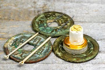 Akupunkturnadeln auf antiken chinesischen Münzen