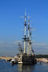 кораблик с мачтой на реке Неве