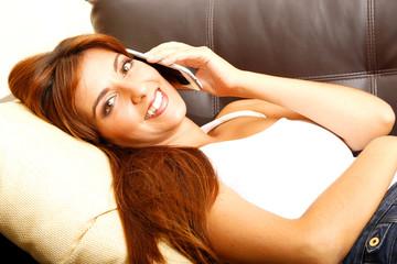 Auf dem Sofa telefonieren