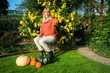 Frau mit Kürbissen im Garten