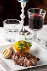 Steak mit gegrilltem Kartoffeln auf einem Teller