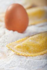 rohe frische Teigwaren und ein Ei