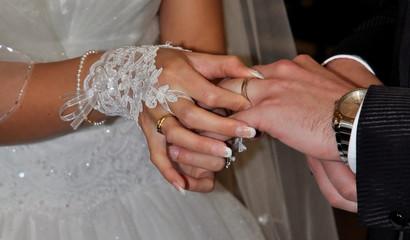Echange des alliances entre jeunes mariés