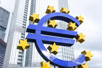 Eurozeichen und Hochhäuser in Frankfurt - öffentlicher Platz