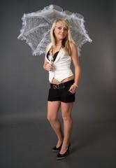 junge Frau mit einem Schirm aus Spitze