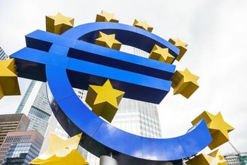 Euro - Eurozeichen und Hochhäuser in Frankfurt