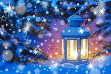 Advent und Weihnachten mit Laterne im Schnee