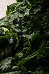 Foglie verdi di spinaci sul tavolo
