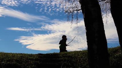 Kinder spielen, als Silhouette