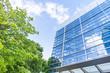 Glasfassade -- modernes Gebäude und Bäume - 72113661