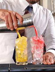 Barman preparando dos cocteles.