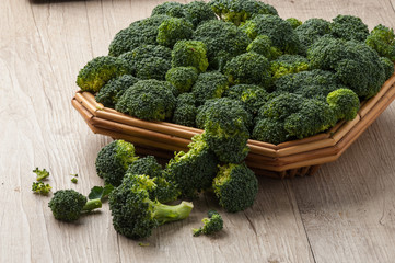 Broccoletti nel cestino su un tavolo