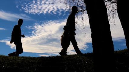 Väter mit Kinder am Horizont als Silhouette