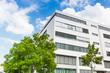 Haus in Deutschland -- modernes Bürogebäude und Bäume