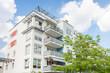 Haus in Deutschland - modernes Bürogebäude und Bäume - 72115050