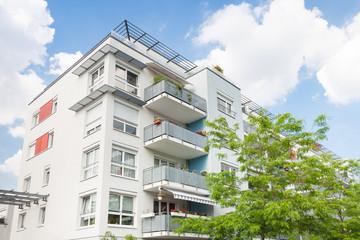 Haus in Deutschland - modernes Bürogebäude und Bäume