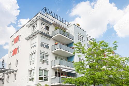 Leinwandbild Motiv Haus in Deutschland - modernes Bürogebäude und Bäume