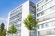 modernes Verwaltungsgebäude und Bäume - Deutschland