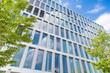 modernes Bürogebäude und Bäume in Frankfurt