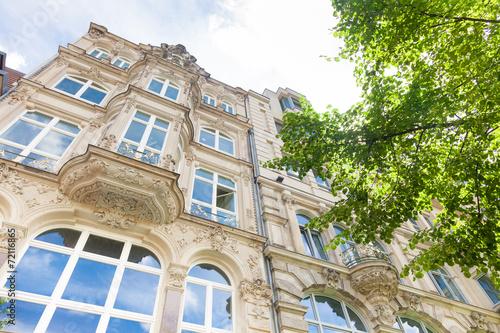 Altbau in Deutschland, Haus und Baum - Berlin - 72116865