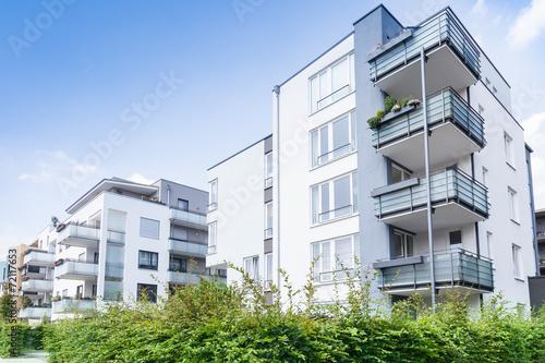 Leinwandbild Motiv Haus und Bäume - Neubau