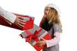 Kind bekommt Weihnachtsgeschenke