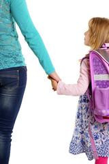 Mutter bringt Tochter zur Schule