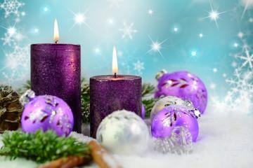 Lila Kerzen im Schnee