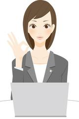 法律関係の仕事をする女性 マル