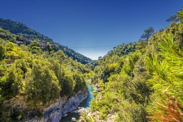 Fluss und Gebirge