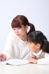勉強する女の子とお母さん