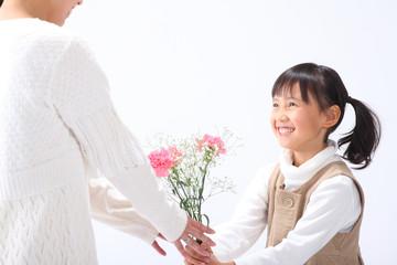 お母さんに花を贈る女の子
