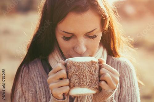 Drinking tea - 72130475