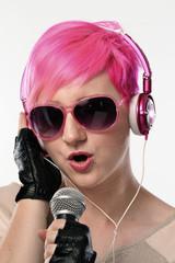 La cantante punk.