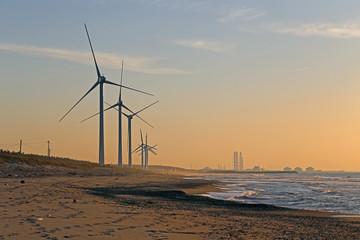 夕焼けの日本海と風車
