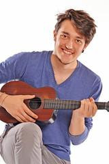 Yo y mi pequeña guitarra. Tocando guitarra.