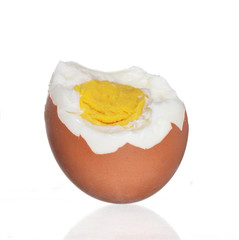 El huevo sancochado en fondo blanco.