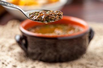 Zuppa di lenticchie nel coccio sul tavolo