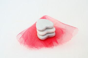 galets cœurs empilés sur tulle rose
