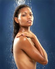 mujer latina bajo la ducha.