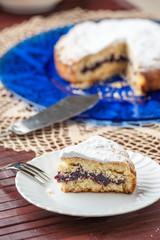 Fetta di torta pastcasalinga farcita con marmellata su un piatto