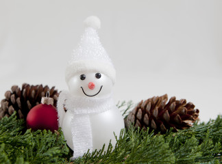 bonhomme de neige sur fond de sapin