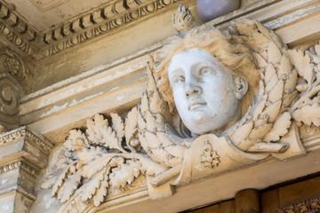 Sculpture visage femme château De Val-seille