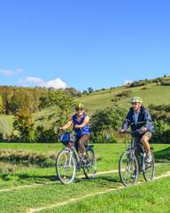Senioren-Paar beim Radfahren