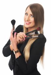 Frau mit Kosmetikpinseln