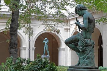 Statues dans le parc du Palais Saint-Pierre à Lyon