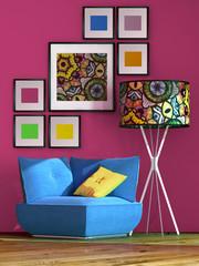 Blauer Sessel mit bunter Lampe vor magentafarbener Wand