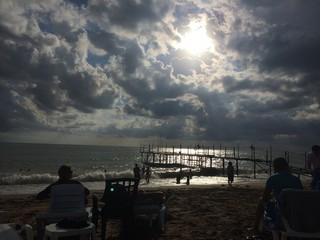 wolkenbruch am strand